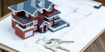 villa-house-model-key-drawing-retro-desktop-real-estate-sale-concept_1387-310